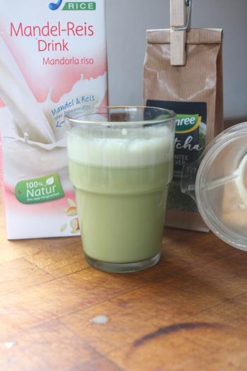 Superfood Matcha Tee richtig zubereiten Wirkung und Rezepte für Rohkosteis und veganer Matcha Latte